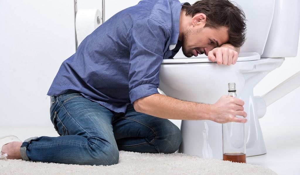 Рвота желчью после алкоголя: причины и лечение